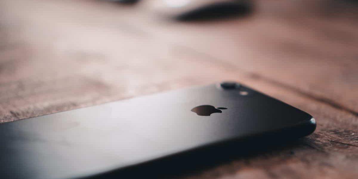 iPhone 7 auf einem Tisch